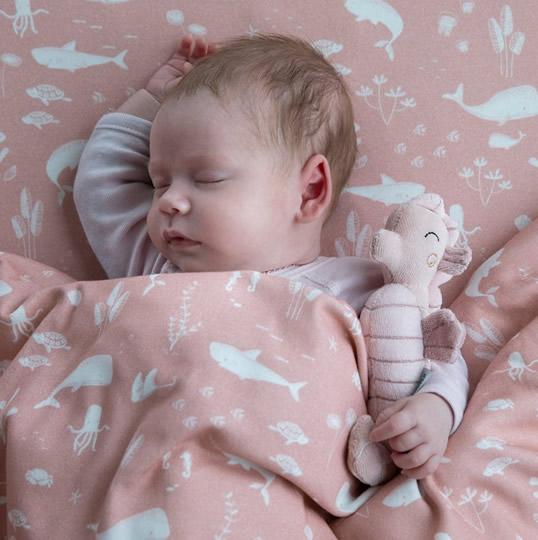 sonajero caballito de mar rosa para que el bebé abrace
